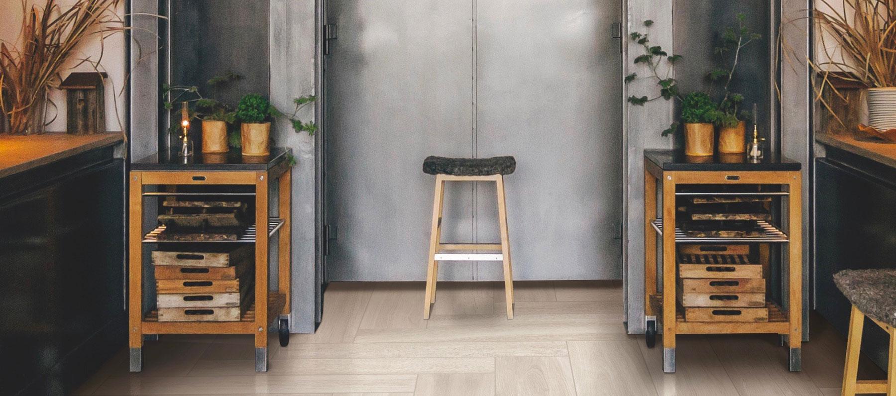 Plank naturale e accenti colorati per interni ed esterni di spazi commerciali